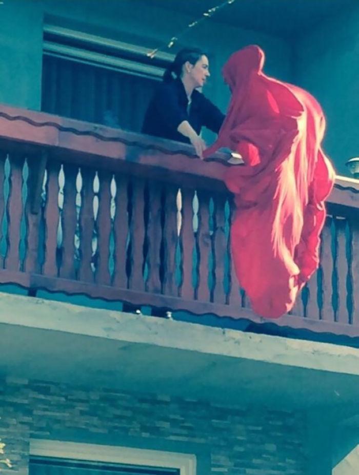 kırmızı-tül-balkon
