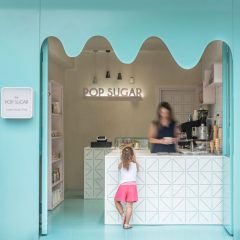 Ziyaretçilerini Parlak Mavi ile Karşılayan Küçük ve Sevimli Şeker Dükkanı