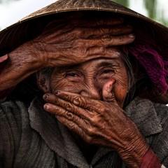 """Vietnam'ın Çok Etkileyici """"Gizli Gülüşler""""ini Yakalayan Fotoğrafçı"""
