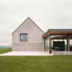 Tepedeki Çimenlikte Sade Bir Çiftlik Evi
